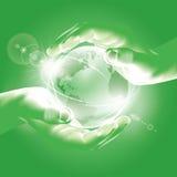Hände, die Kugel halten. Symbol des Umweltschutzes Lizenzfreies Stockbild