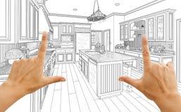 Hände, die kundenspezifische Küchen-Konstruktionszeichnung gestalten lizenzfreie stockfotos