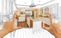 Hände, die kundenspezifische Küchen-Konstruktionszeichnung und Quadrat-Foto-COM gestalten stockbilder
