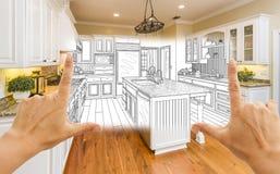 Hände, die kundenspezifische Küchen-Konstruktionszeichnung und Quadrat-Foto-COM gestalten lizenzfreies stockfoto
