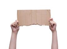 Hände, die leeres Stück Pappe lokalisiert auf Weiß halten lizenzfreie stockfotografie