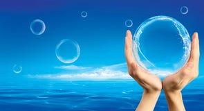 Hände, die Luftblase anhalten Stockfoto