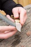 Hände, die Messer schärfen Lizenzfreie Stockbilder