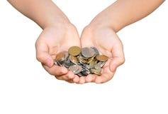 Hände, die Metallmünzen anhalten Stockfotos