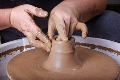 Hände, die mit Lehm auf Töpferscheibe arbeiten Lizenzfreies Stockfoto