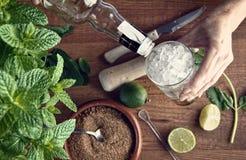 Hände, die mojito Cocktail vorbereiten lizenzfreie stockfotos