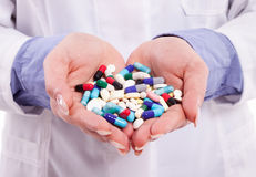 Hände, die Pillen halten Stockbilder