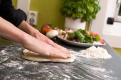 Hände, die Pizza - Sonderkommando bilden lizenzfreie stockfotos