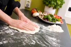 Hände, die Pizza - Sonderkommando bilden stockbild