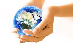 Hände, die Planeten anhalten Lizenzfreies Stockbild
