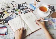 Hände, die Reise-Zeitschriften-Tee-Konzept schreiben stockfotos