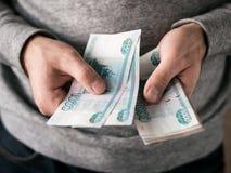 Hände, die Rubel zählen Stockfotos