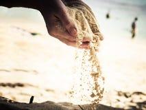 Hände, die Sand halten Stockbild