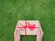 Hände, die schönen Geschenkkasten anhalten Stockfoto