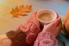 Hände, die Schalenkaffee halten Stockfoto