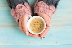 Hände, die Schalenkaffee halten Lizenzfreies Stockbild