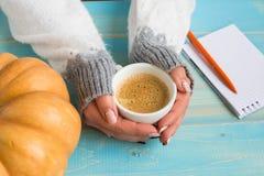 Hände, die Schalenkaffee halten Stockfotos