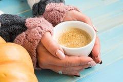 Hände, die Schalenkaffee halten Stockbild