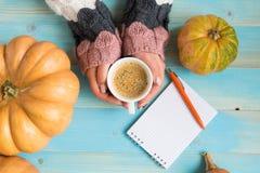 Hände, die Schalenkaffee halten Stockbilder