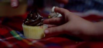 Hände, die Schalenkuchen ergreifen stock video footage