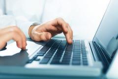 Hände, die Schlüssel drücken Lizenzfreies Stockfoto