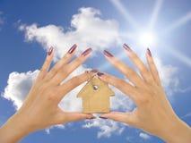 Hände, die Schlüsselring anhalten Stockbild