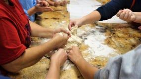 Hände, die selbst gemachten Teig zubereiten stockbild