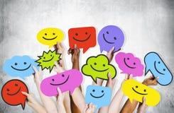 Hände, die Smiley Faces Icons halten lizenzfreie stockfotografie