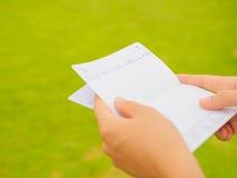 Hände, die Sparkontosparbuch halten Lizenzfreies Stockfoto