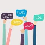 Hände, die Sprache-Blasen mit Social Media-Wörtern halten Vector Kranken Lizenzfreie Stockfotos