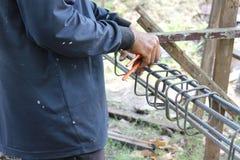 Hände, die Stahl reparieren Stockfotografie