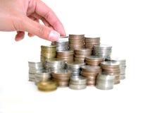 Hände, die Stapel der Münzen schützen Frauenhand setzte Münzen zum Stapel Münzen Einsparungen, Finanzierung, Anlagengeschäft-Wach Lizenzfreies Stockbild