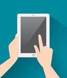 Hände, die Tablet-Computer mit einem leeren Bildschirm durchlöchern Stockbild