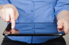 Hände, die Tablette anhalten Stockfotos