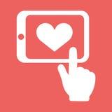 Hände, die Tablette mit der flachen weißen Ikone des Herzzeichen-Vektors lokalisiert auf rotem Hintergrund halten Hand gezeichnet Lizenzfreies Stockbild