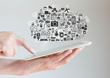 Hände, die Tablette mit der Wolkendatenverarbeitung und Mobilitätskonzept halten Stockbild