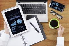 Hände, die Tablette und Kaffee halten Lizenzfreies Stockfoto