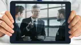 Hände, die Tablettenvertretungs-Geschäftstreffenvideo halten stock video footage