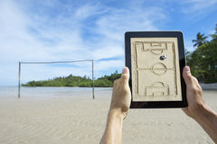 Hände, die Taktik-Brett am Strand-Fußballplatz Bahia Brazil halten Lizenzfreies Stockbild