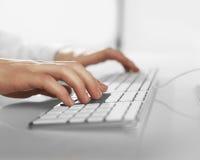 Hände, die Tastatur drücken Stockbilder