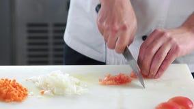 Hände, die Tomate hacken stock video