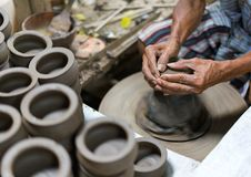 Hände, die an Tonwarenrad arbeiten stockfotos