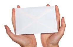 Hände, die Umschlag anhalten lizenzfreie stockbilder