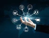 Hände, die Verbindung des Kreisglobalen netzwerks, Omni-Kanal halten Lizenzfreies Stockbild