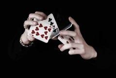 Hände, die viele Spielkarten anhalten lizenzfreie stockfotografie