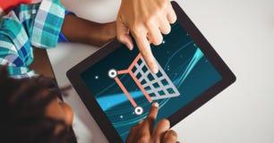Hände, die Warenkorbikonen auf Tablet-Computer berühren Stockbilder
