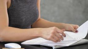 Hände, die weiße Farbe des Notizbuches halten und Seiten drehen lizenzfreie stockfotos