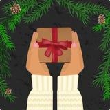 Hände, die Weihnachtsgeschenk halten Stockfotos