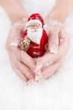 Hände, die Weihnachtsmann - Konzept für Weihnachten mit Nägeln halten Stockfotografie