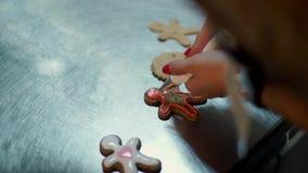 Hände, die Weihnachtsplätzchen mit selektivem verzieren stock video footage